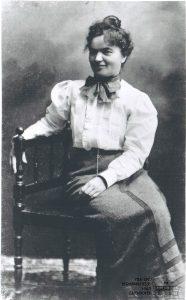 Mia Hesse sitz auf einem Stuhl